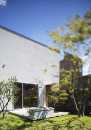 大きなウッドデッキのある開放的なハコの家